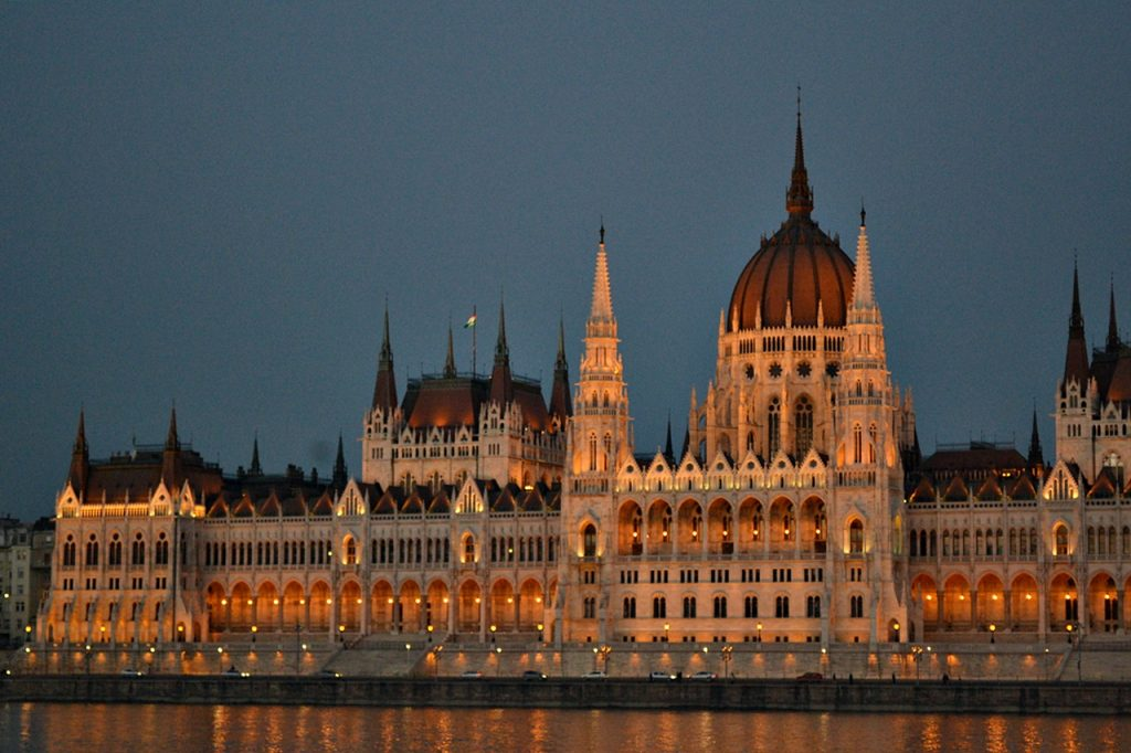 parliament house budapest nighttime