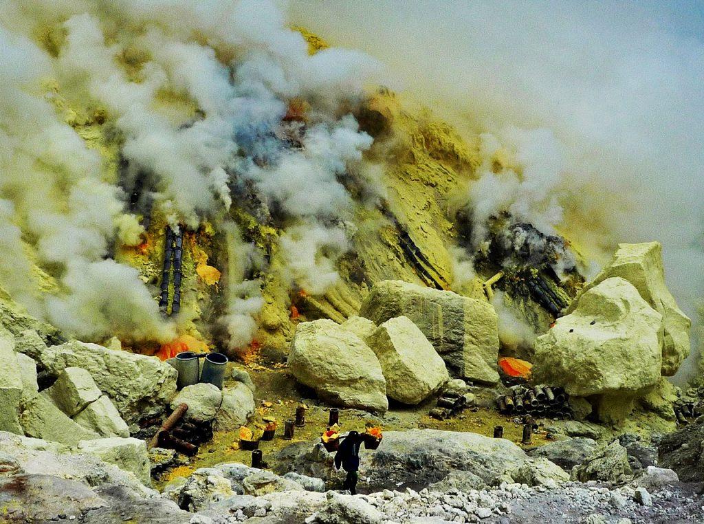 sulfur ijen crater